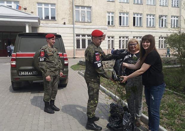 Сотрудники военной полиции ЦВО высадили Аллею Героев в школе Новосибирска