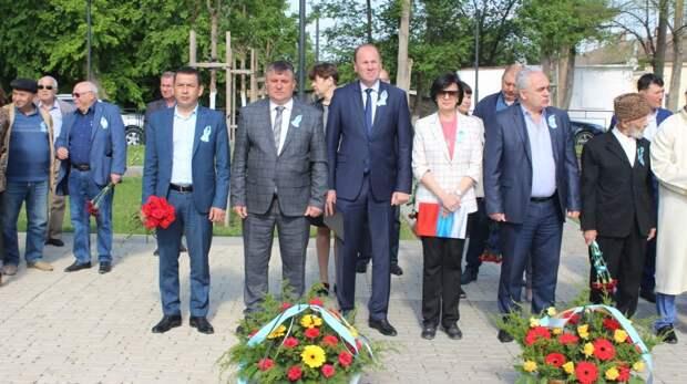 Владислав Хаджиев и Михаил Слободяник возложили цветы к памятному знаку жертвам депортации