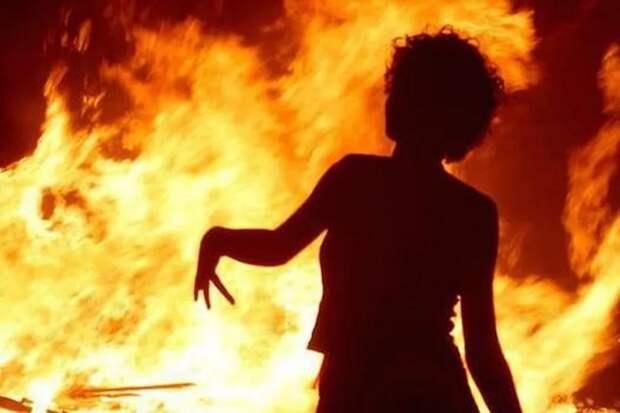 Женщина убила своих детей и подожгла дом