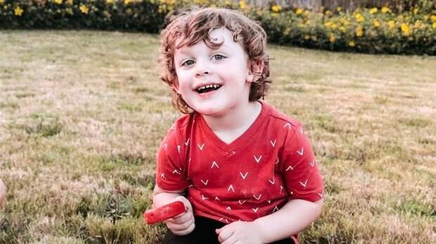 3-летний мальчик погиб, случайно выстрелив в себя из пистолета в спальне родителей