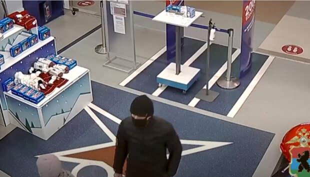 Полиция разыскивает подозреваемого в краже из магазина спорттоваров
