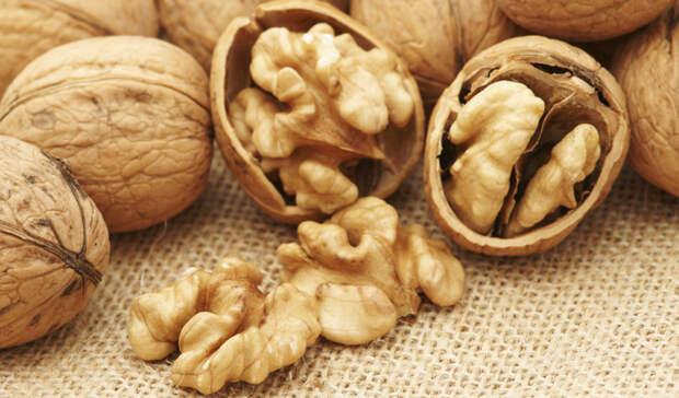 Грецкие орехи Грецкие орехи полны антиоксидантами и омега-3 жирными кислотами, которые могут значительно снизить риск заболеваний сердца. Наиболее полный обзор клинических испытаний по потреблению орехов в отношении сердечно-сосудистых заболеваний показал, что потребление только 10 граммов грецких орехов пять дней в неделю снижает риск сердечно-сосудистых заболеваний почти на 40 процентов!