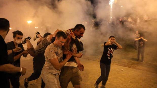 Две ночи подряд Минск был настоящим полем боя: рвались светошумовые гранаты, клубился дым и слезоточивый газ, а омоновские дубинки разили протестующих направо и налево