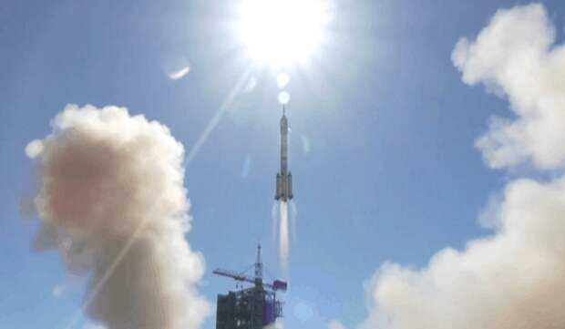 Корабль «Шэньчжоу-12» с тремя космонавтами отправился к китайской орбитальной станции