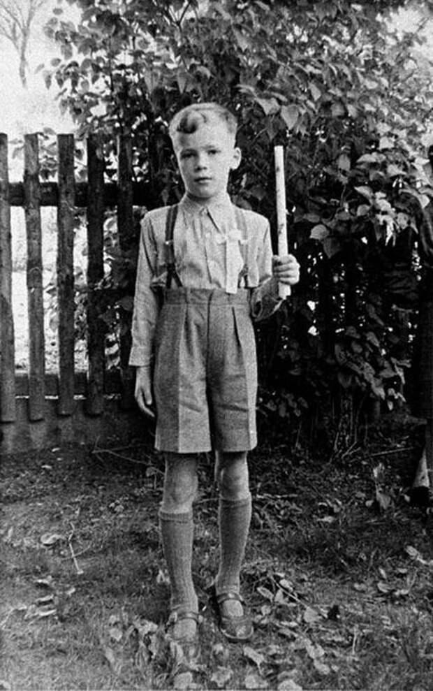 Арнольд Шварценеггер в детстве. Фото взято из открытых источников