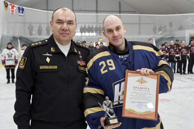 Командующий Северным флотом наградил лучших хоккеистов Северной военной хоккейной лиги