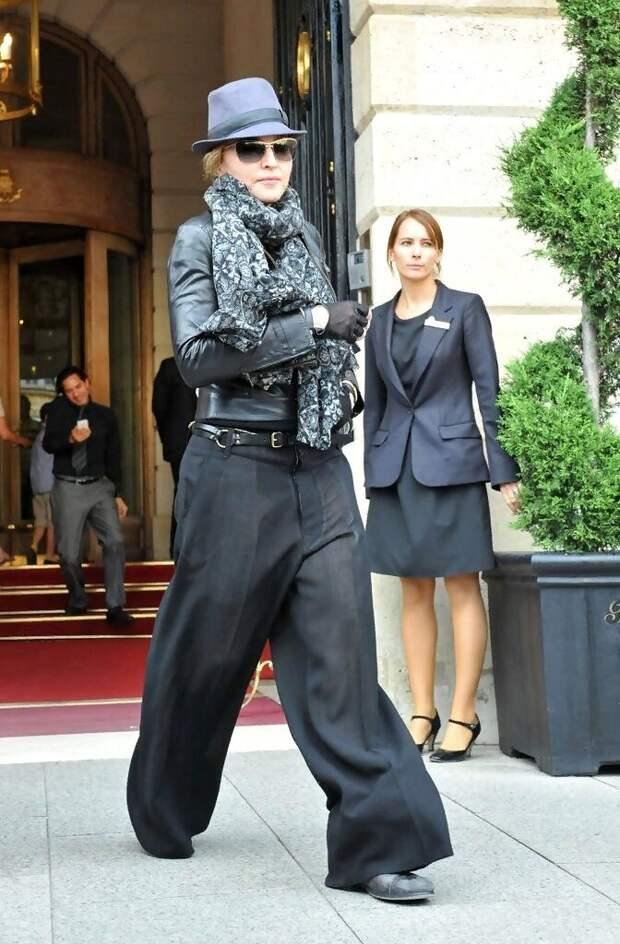 Мадонна в неудачных брюках, которые укорачивают ноги