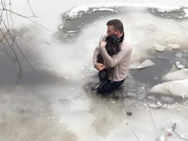 Мужчина прыгнул в ледяную воду, что бы спасти собаку