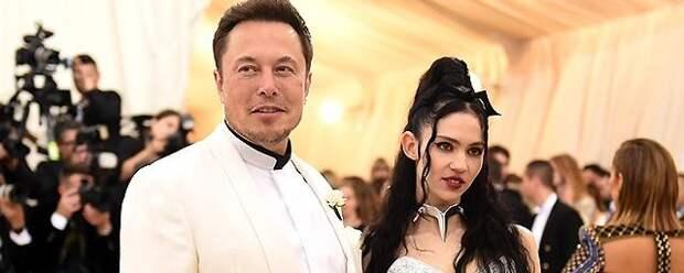 Певица Граймс сделала себе тату во всю спину в виде инопланетных шрамов