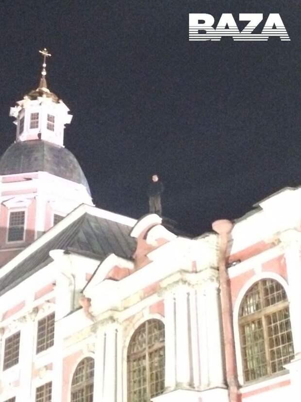 3 факта про мужчину, который 11 часов сидит на крыше Александро-Невской Лавры