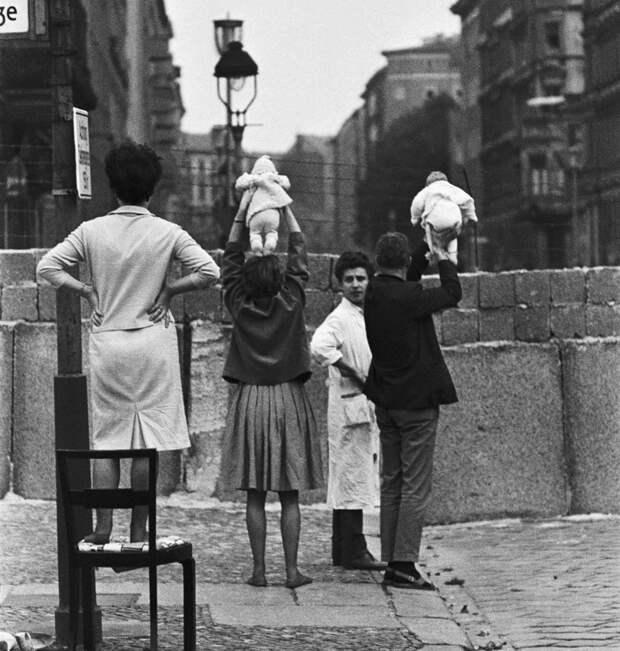 11. Родители показывают своих детей родственникам, оставшимся по ту сторону Берлинской стены, 1961. история, мир, фотография