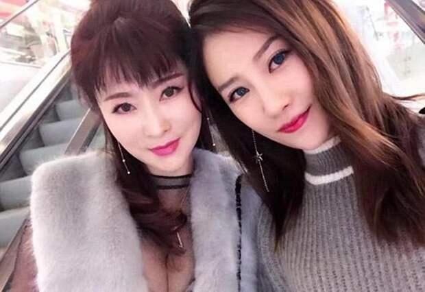 Одна из них 25-летняя дочь, другая - 50-летняя мать. Но кто из них кто?