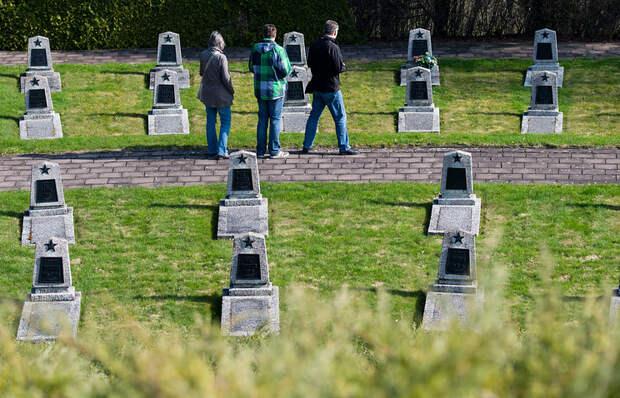 Останки советских летчиков с воинскими почестями захоронили в Чехии