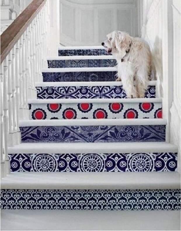 Декорируем лестницу: несколько свежих идей для оформления ступеней и подступеней