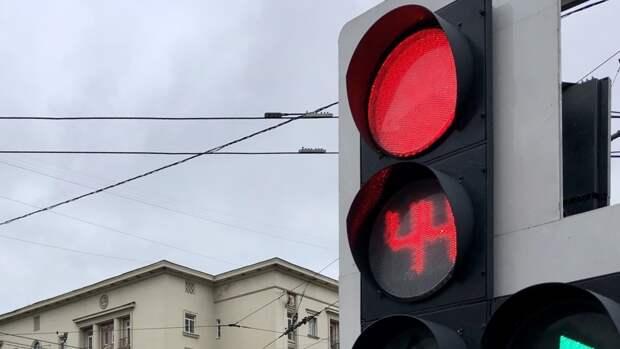 """В Екатеринбурге иномарка проехала на """"красный"""" и влетела в толпу пешеходов"""
