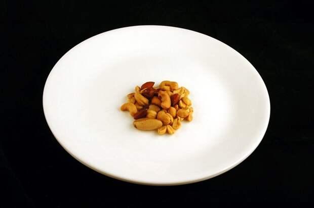 Соленые орешки (33 грамма = 200 калорий):