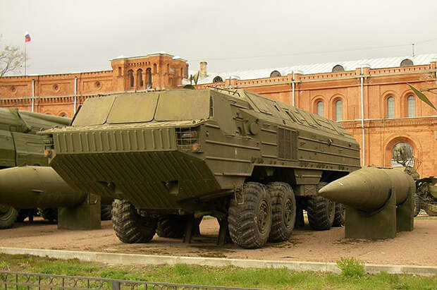Пусковая установка 9П71 и ракета 9М714 оперативно-тактического ракетного комплекса 9К714 «Ока» в Артиллерийском музее Санкт-Петербурга.