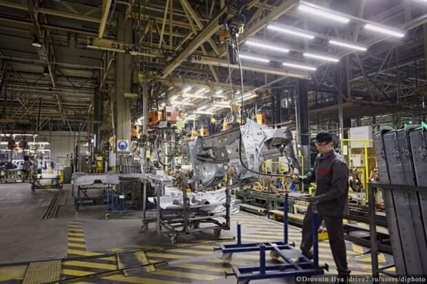 Сначала делают небольшие части, потом берут бока, днище, крышу и составляет вместе, дальше робот сваривает. nissan, авто, автозавод, автомобили, завод, производство, сборка, цех