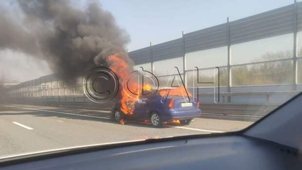 Легковой автомобиль полыхает на петербургской КАД