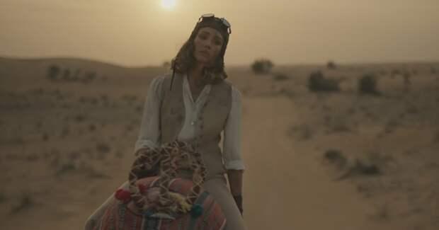 Долгая дорога в дюнах: Джессика Альба нашла себя в рекламе Дубая