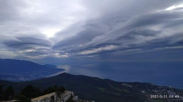 «На Ялту надвигается апокалипсис»: Над Южным берегом Крыма замечены причудливой формы облака