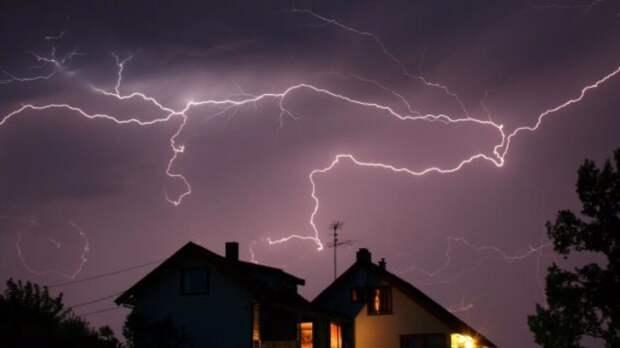 От удара молнии в Вологодской области ночью вспыхнул дом