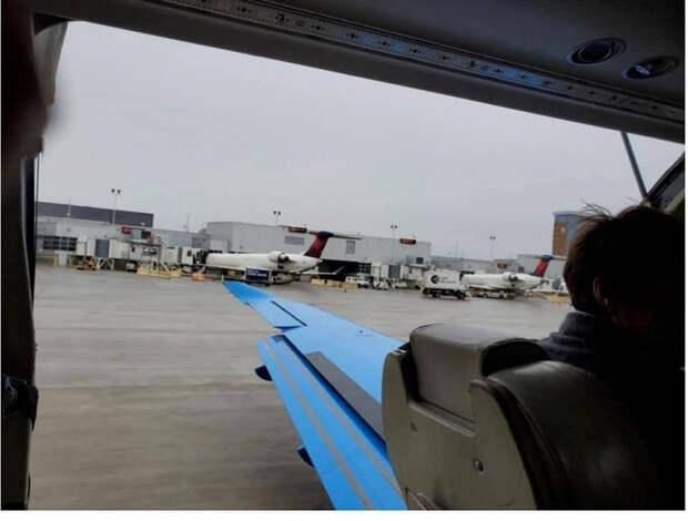 Дверь самолета отвалилась навзлете инапугала туристов