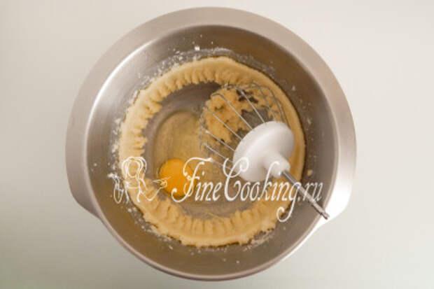 Перетираем масло с сахаром минут 5-7 с помощью миксера, после чего по одному добавляем куриные яйца (всего 3 штуки)