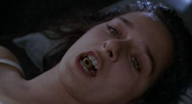 Эротическая сцена в стиле черного юмора с участием Чарли Шина и Валерии Голино. «Горячие головы!» (1991).