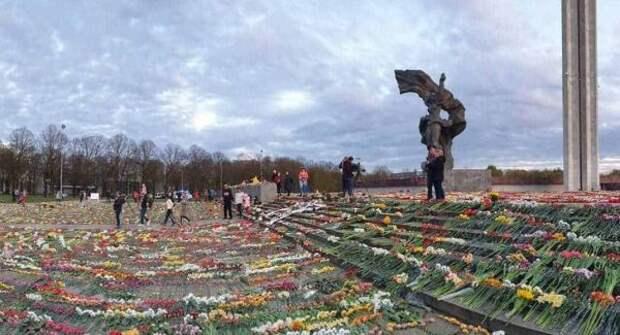 Полиция Латвии призывает неходить кпамятнику Освободителям вРиге 9мая