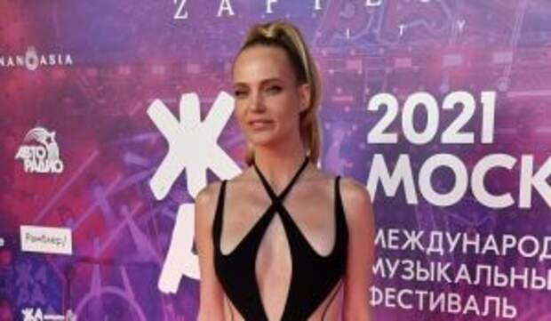«Порнуха!»: Глюкозу в похабном «платье» из секс-шопа попросили не пускать к порядочному Эмину
