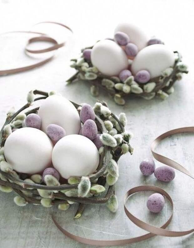 три белых яйца в гнезде из вербы