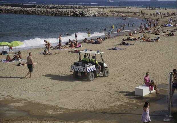Итальянские полицейские начали охранять песок