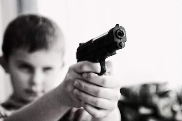 В Челябинске дети нашли в парке пистолет: один ребенок оказался в больнице
