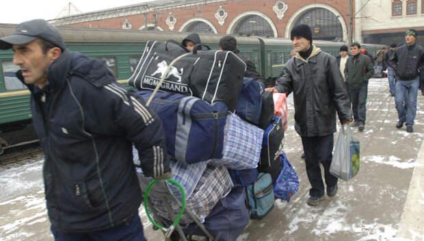 Трудовые мигранты массово покидают Россию из-за ослабления рубля