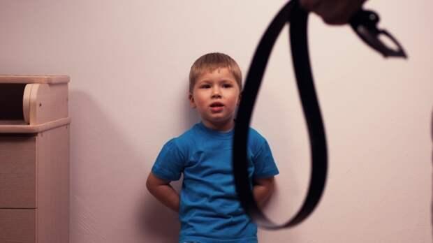 Опекун из Бийска больше пяти лет била и истязала детей