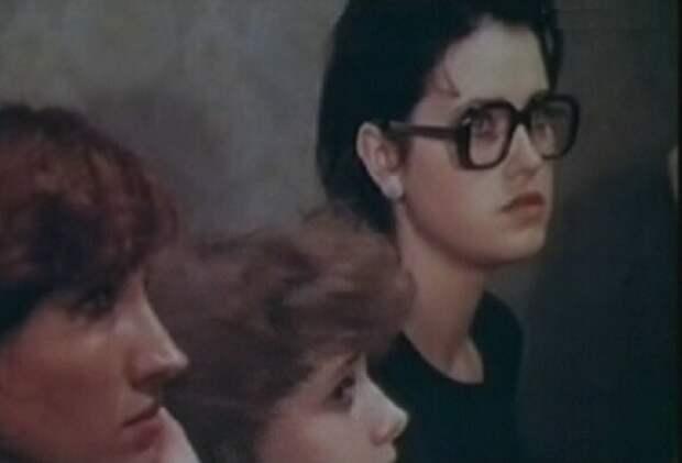 кадр из фильма «Одиноким предоставляется общежитие», 1983 год