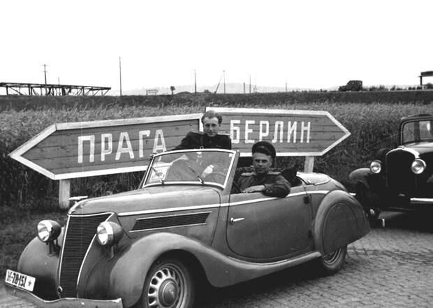 78-Фотокор В.С.Кинеловский (справа) в машине на пути из Берлина в Дрезден.jpg