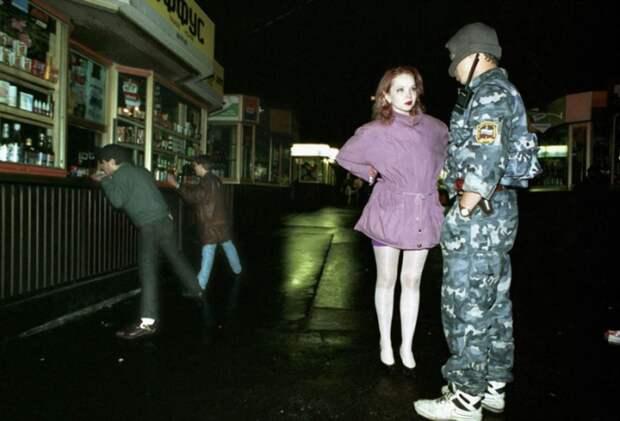 Полицейский проводит воспитательную беседу с девушкой легкого поведения. Москва 1994 год.