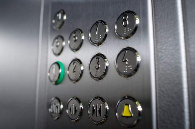 В доме на Полярной починили двери пассажирского лифта