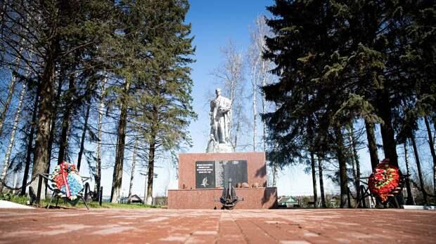 Военные памятники Солнечногорска украсили 10 тысячами цветов
