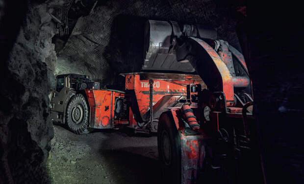 Погрузка руды с транспортера на шахтный самосвал