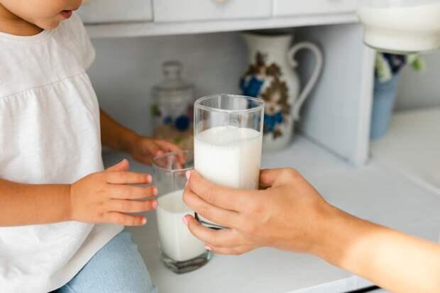 Молочный коктейль по-советски готовлю мужу, когда замечаю, что у него ностальгический вид