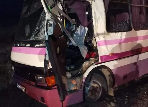 Автобус с пассажирами столкнулся с экскаватором в Крыму