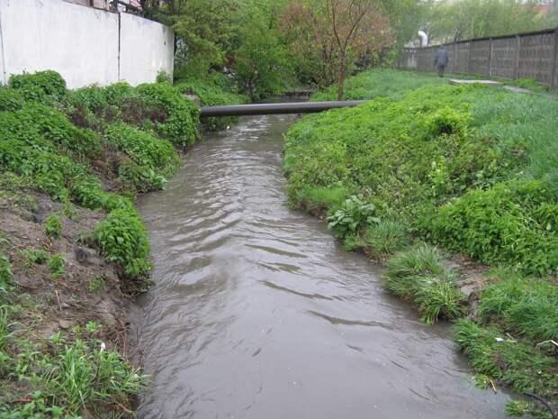 В Симферополе незаконно сливали канализацию в ручей