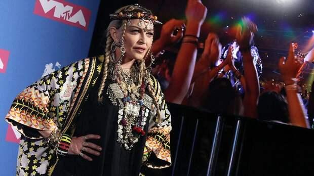 Мадонна на костылях появилась на акции против расизма в Лондоне