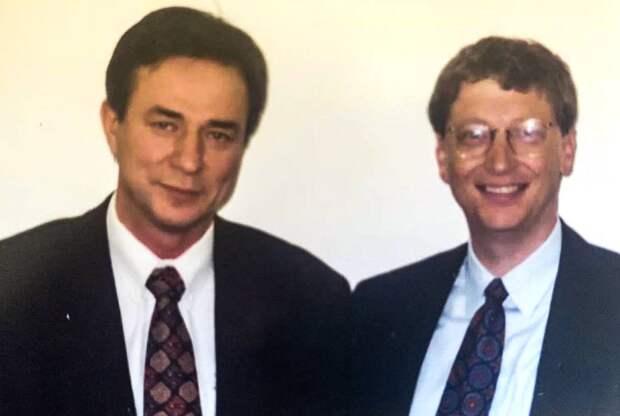 Слева от Билла Гейтса бывший советский учёный-оборонщик Александр Галицкий. 1997 год