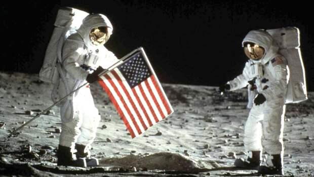 20 июля 1969 года командир экипажа Нил Армстронг и пилот Базз Олдрин посадили лунный модуль корабля «Аполлон-11» на Луне
