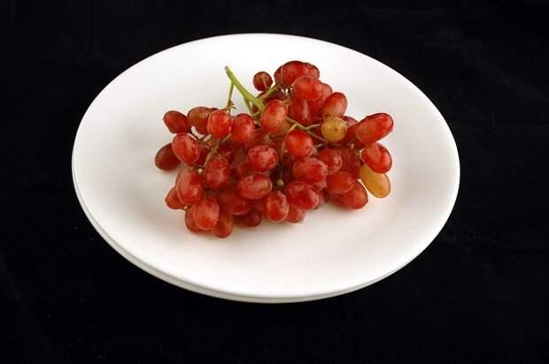 Виноград (290 грамм = 200 калорий):