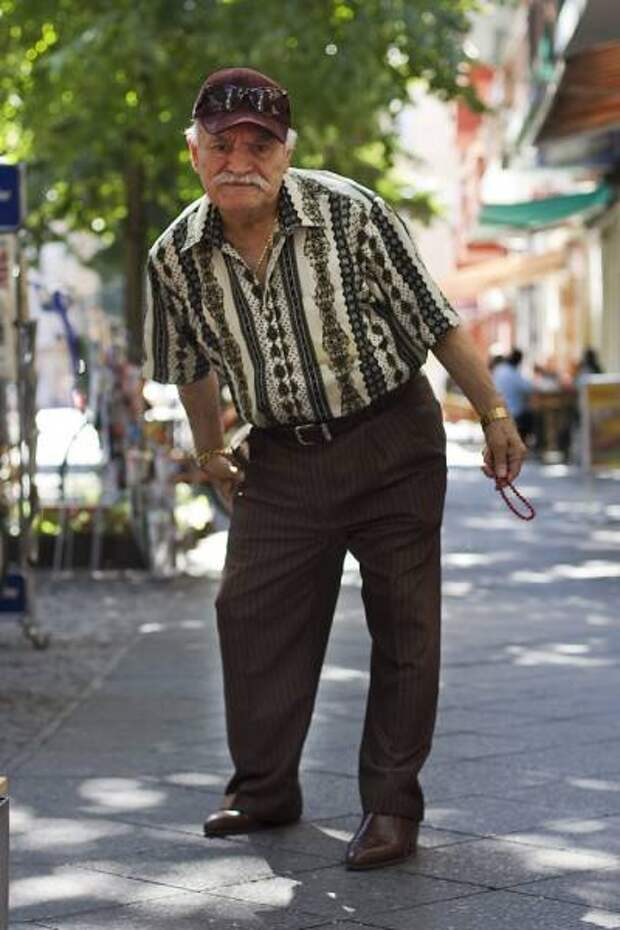 Яркие наряды пожилого модника (25 фото)